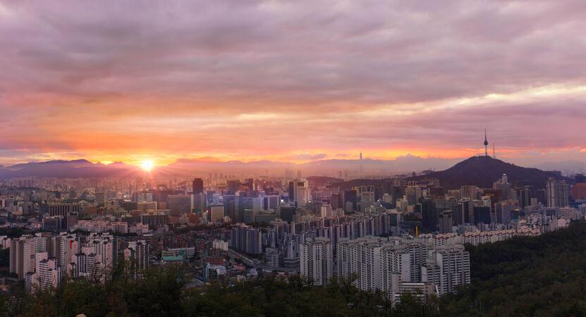 韩国首尔市日出时的天际线与首尔塔