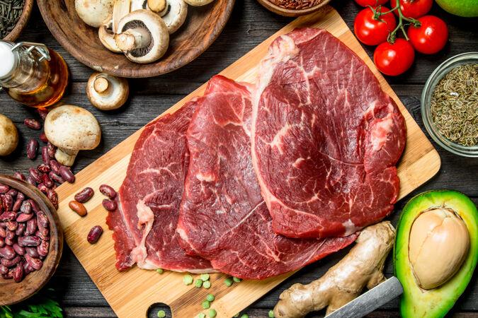 健康的食品.生的牛肉配各种有机食品和香料