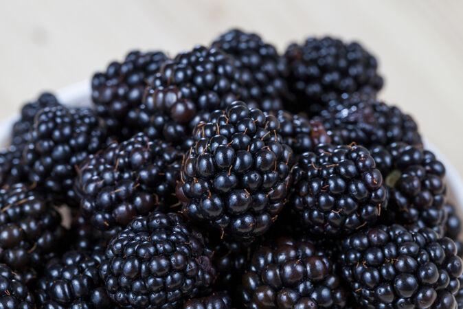 黑色新鲜黑莓在收获的时候堆起来 特写