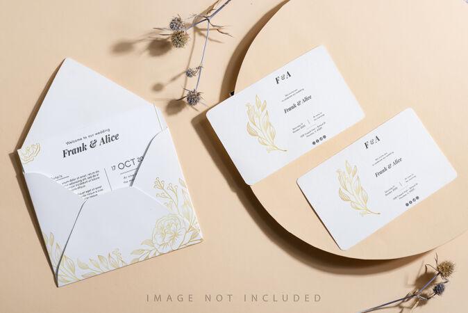 米色背景上的空白白纸和信封模型