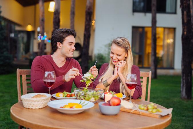 餐厅用餐快乐的夫妇坐在一起 在餐厅吃着美味的晚餐