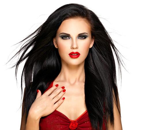 一个美丽的深褐色女人的肖像 红指甲和嘴唇-隔离在白色背景上