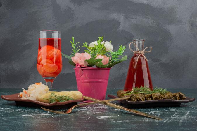多尔玛拿着玻璃和果汁瓶在大理石墙上