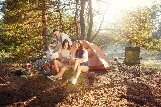 聚会 男女在森林露营