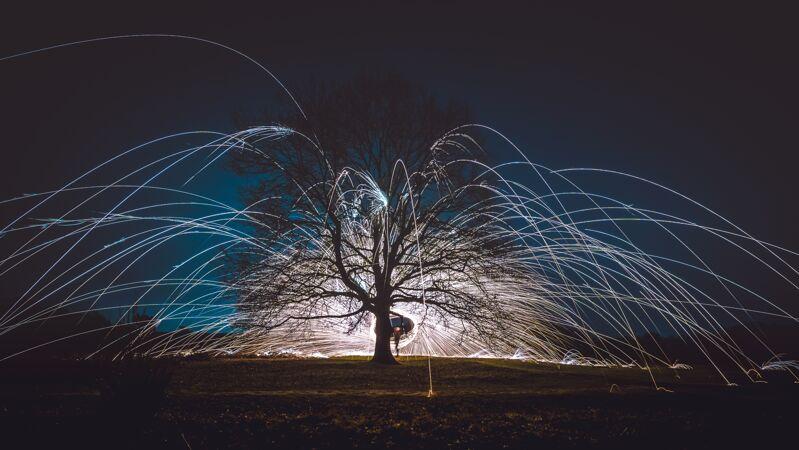 晚上在树旁的地上纺纱