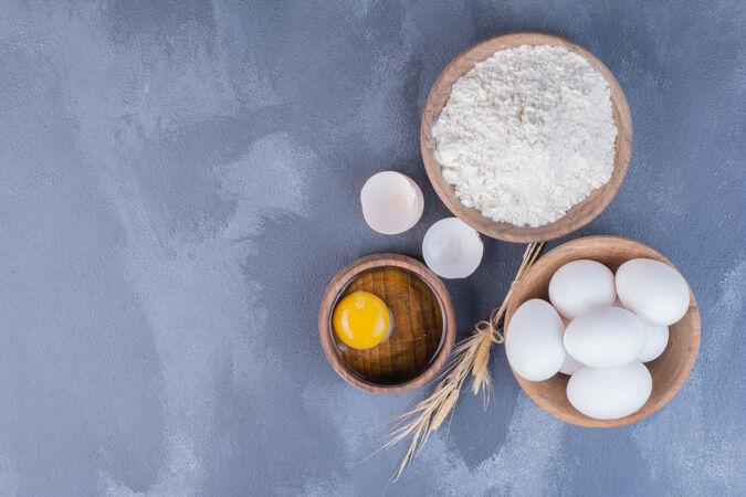 鸡蛋和黄色的蛋黄放在木杯里