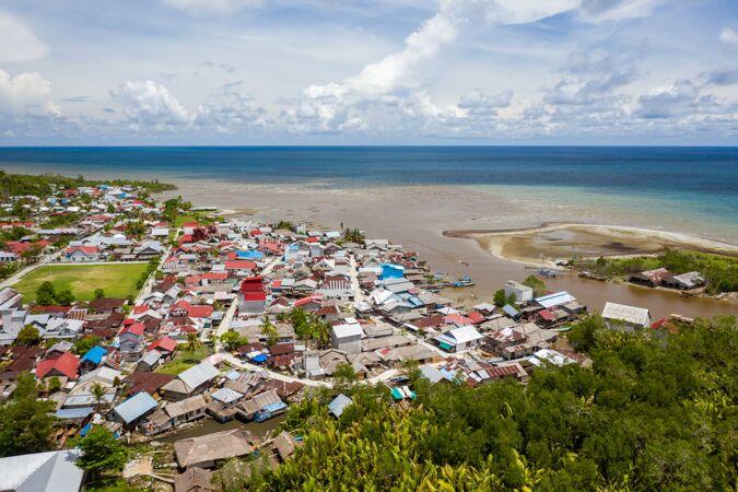 美丽的拍摄小镇附近的海岸 在明打威群岛 印度尼西亚平静的海洋